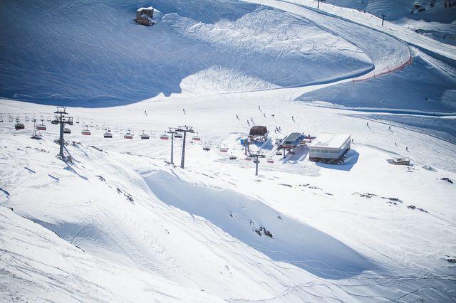 Снег на горнолыжном курорте