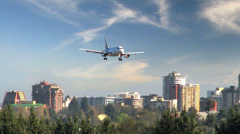 Самолёт над городом
