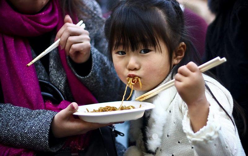 Японская девочка ест удон