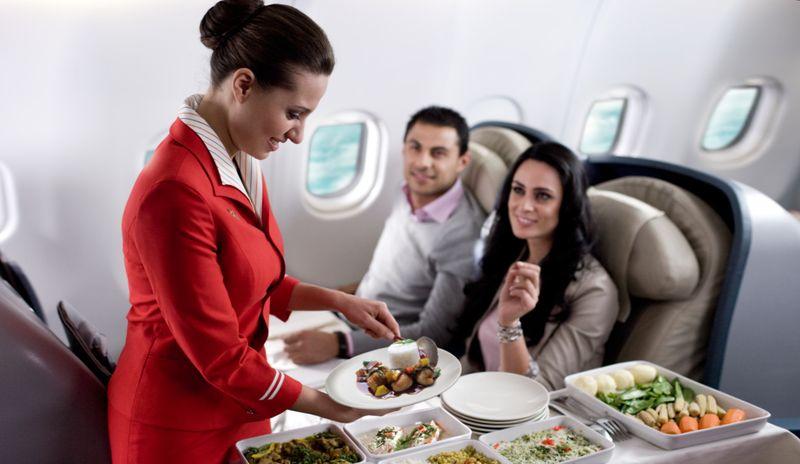 Стюардесса разносит еду пассажирам