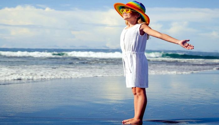Девочка на морском пляже