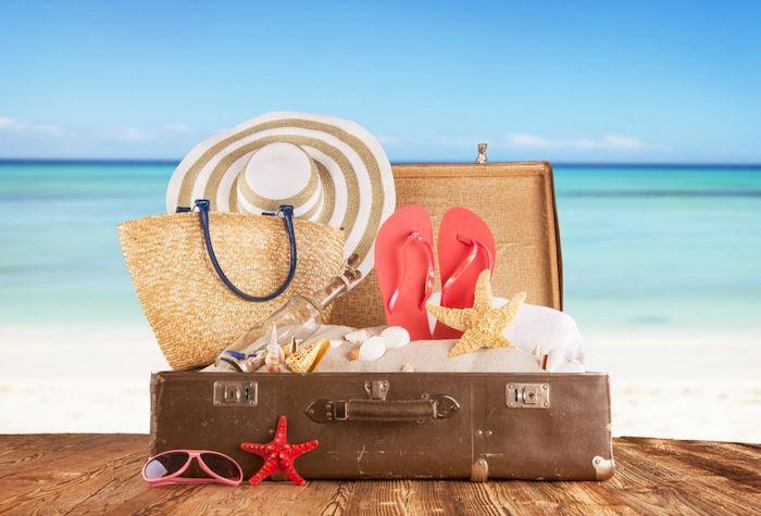 Вещи в чемодане возле моря