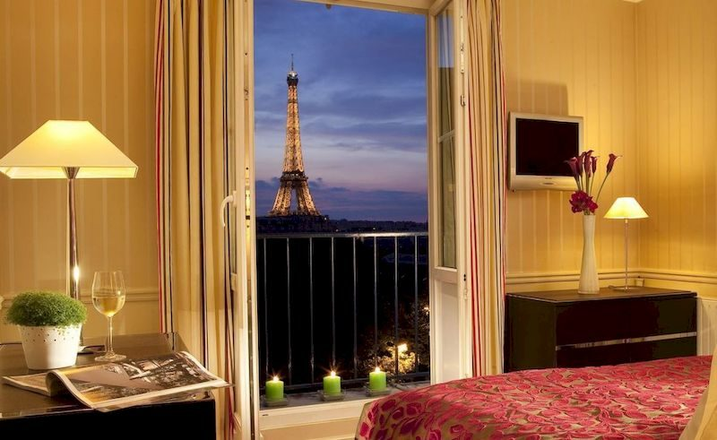 Вид на Эйфелеву башню из окна отеля