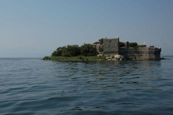 Прогулка по Скадарском озере на лодке, крепость-тюрьма