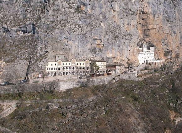 Монастырь Острог в Черногории, фото