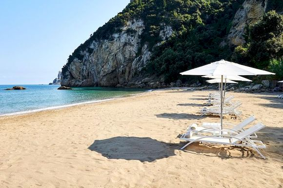 Пляж Аспри Паралия в Греции с белым песком
