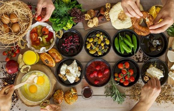 Фрукты и овощи. возможность пищевого отравления в путешествии