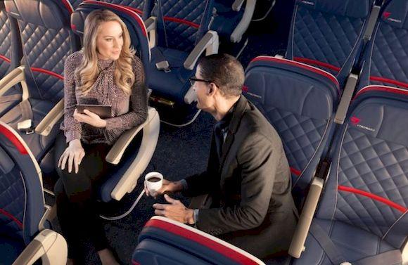 Люди сидят в самолете