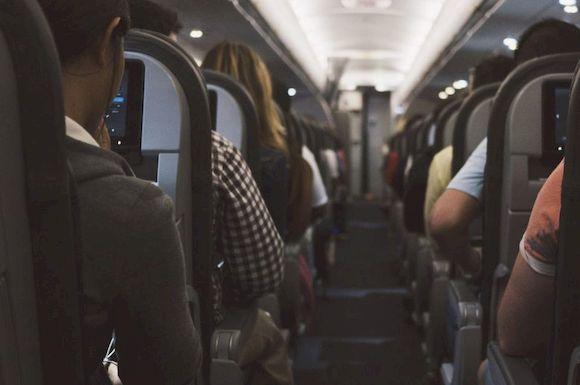 В самолете, одежда, которую нельзя надевать