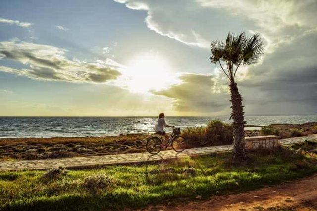 На велосипеде вдоль моря