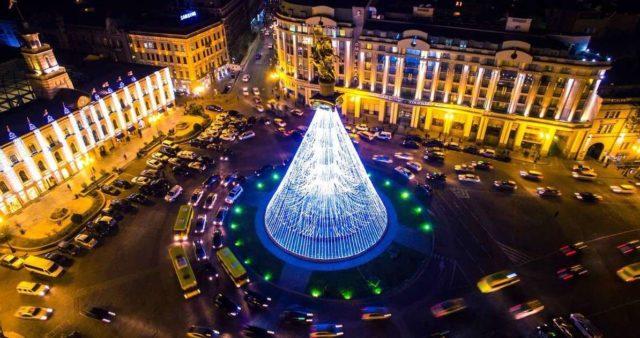 Новогодняя елка в грузинском городе