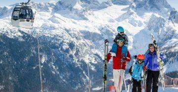 Семья на горнолыжном курорте