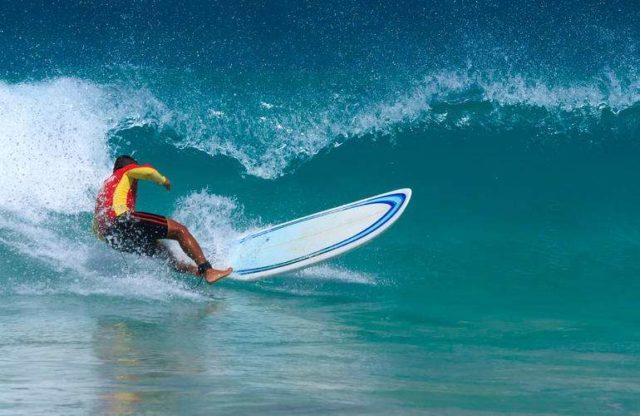 Серфинг на пляже Ката