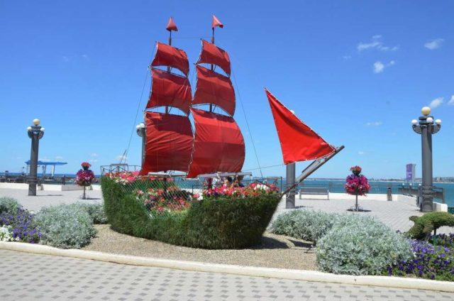 Корабль на набережной в Анапе