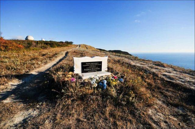 Памятник парапланеристу
