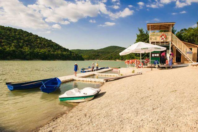 Пляж на Кипарисовом озере