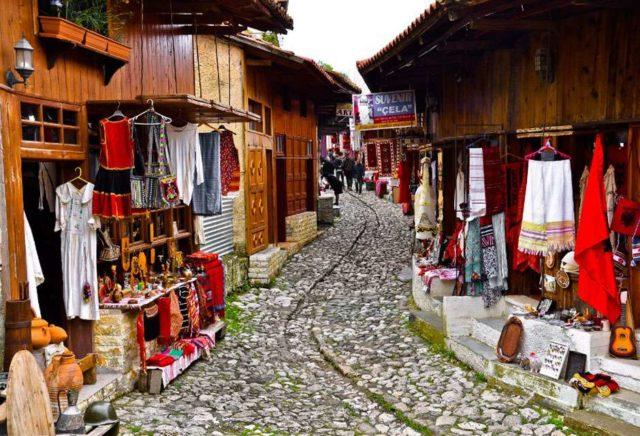 Покупка одежды в Албании