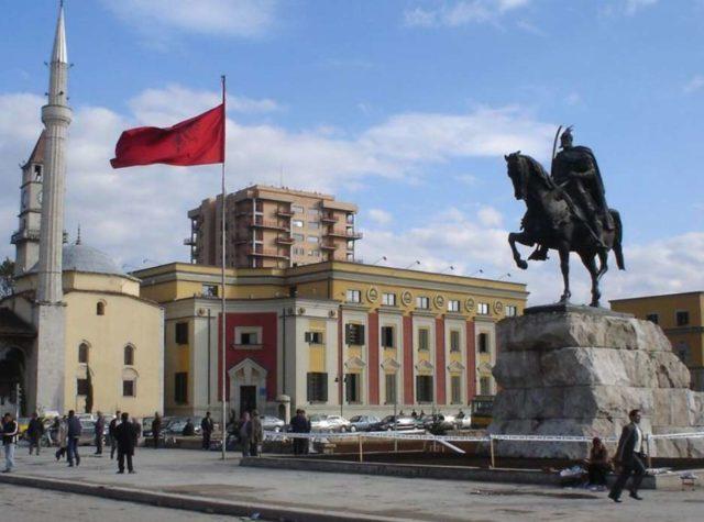 Площадь Сканденберга в Тиране