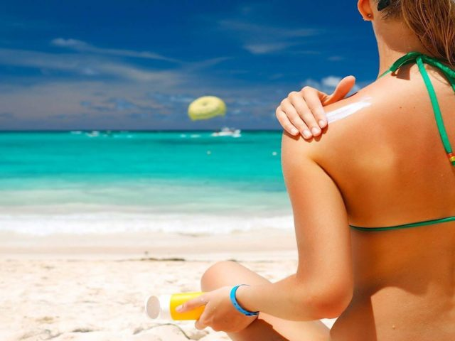 Девушка на пляже Пхукета