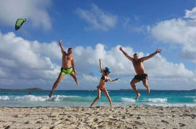 С детьми на пляже Сурин на Пхукете