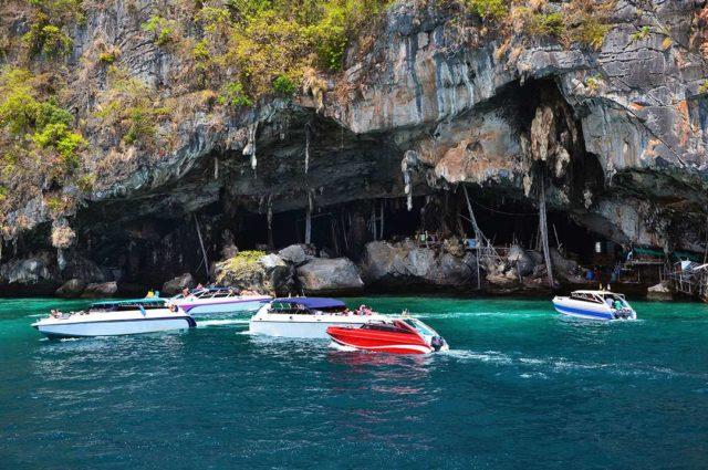Пещеры о острова Джеймса Бонда