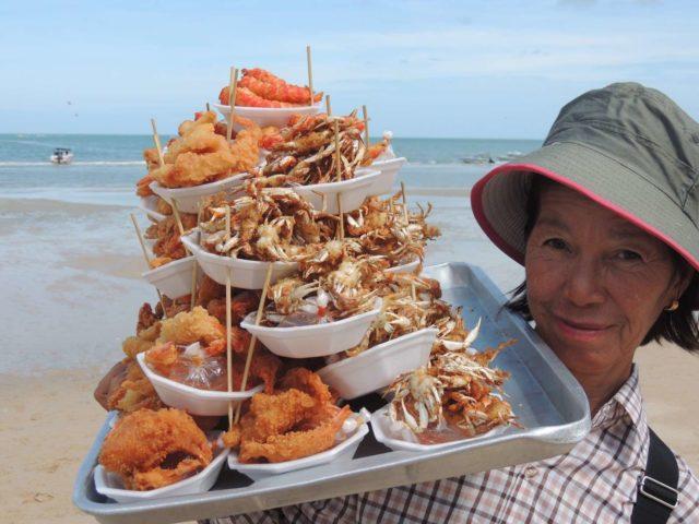 Еда на пляже в Паттайе
