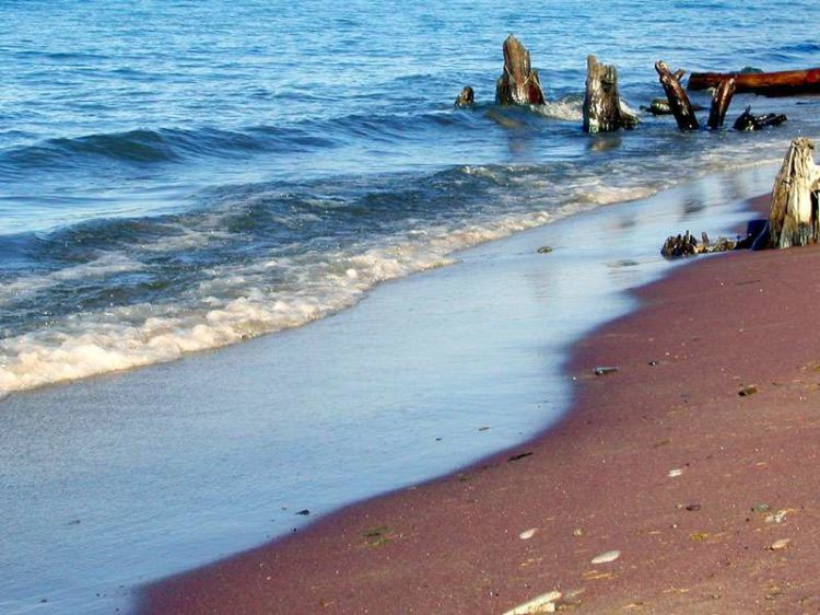 Гранатовый пляж на Байкале