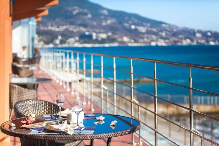 Вид на море в Крыму из ресторана в июне